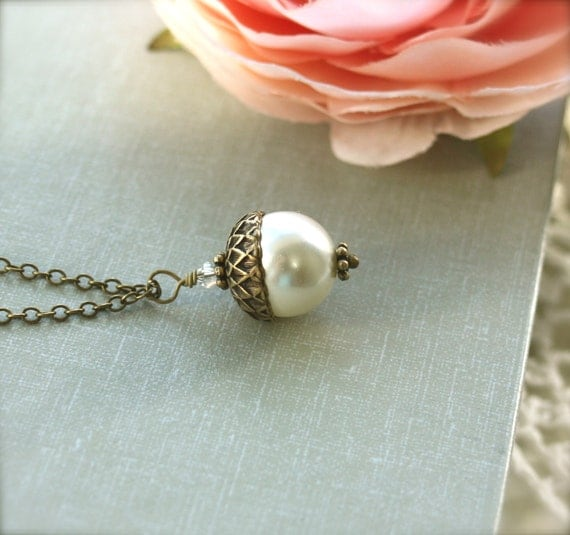 An Single Acorn Ivory Pearl Necklace. Large Pearl. Nature Inspired.  Bridesmaids Gifts.  Vintage Themed Wedding Earrings. Country Wedding