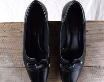 80s black pumps sz 7.5 secretary librarian style cutwork bows brass
