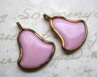 Vintage glass pink bell shaped wedding bridal  drops beads charms pendants beads brass setting (2)