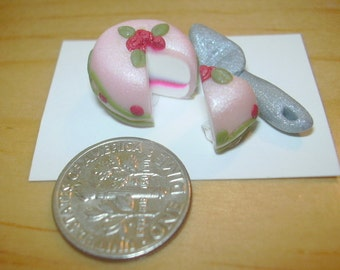 miniature rose layered cake, doll house rose and vine decorated cake