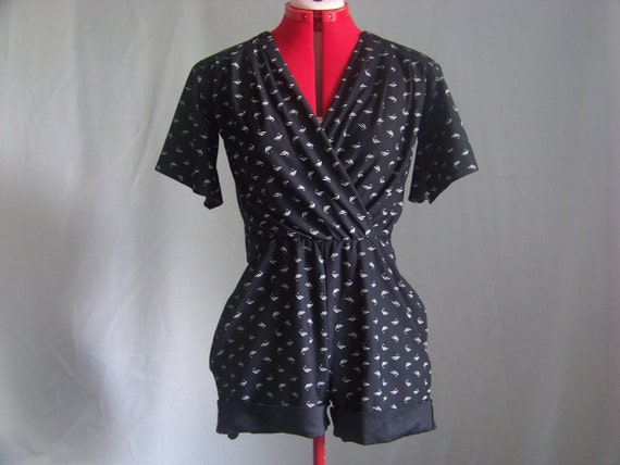 90s Black V-Neck Cutouts Short Sleeve Shorts Romper w/ Pockets sz. Medium