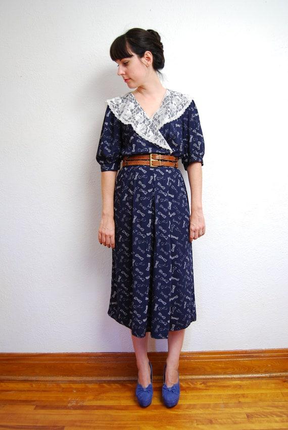 vintage 1980s / navy / bow print / midi dress / high waist / nautical / lace collar / M