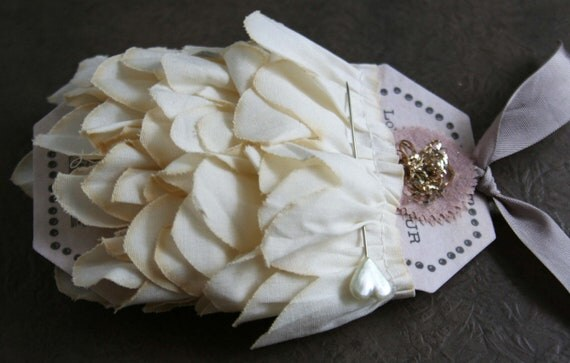 Reserved for Moni....cream petals pretty scalloped sewing trim