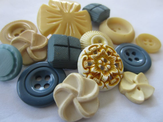 Vintage Buttons - Cottage chic mix of creams and blues, old and sweet -  lot of 14 (2536)