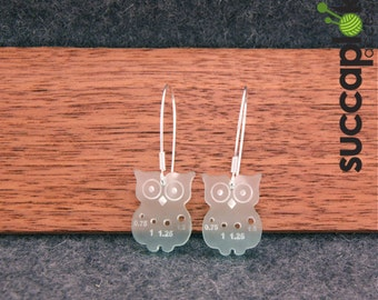 Mini-Paavo earrings, Owl shaped earrings with a gauge for tiny knitting needles, made out of recycled plastic