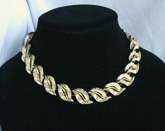 Vintage Gold Leaves Choker Necklace Signed Lisner Curving Leaves Link Gold Finish Adjustable