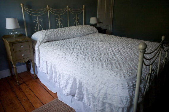 Vintage 1950s Chenille Bedspread Queen Full Bright White W