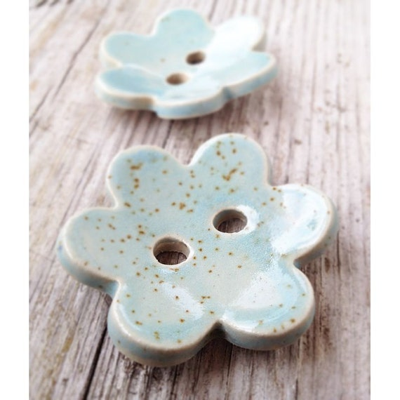 2 Button Flowers in sky blue - Gres Buttons