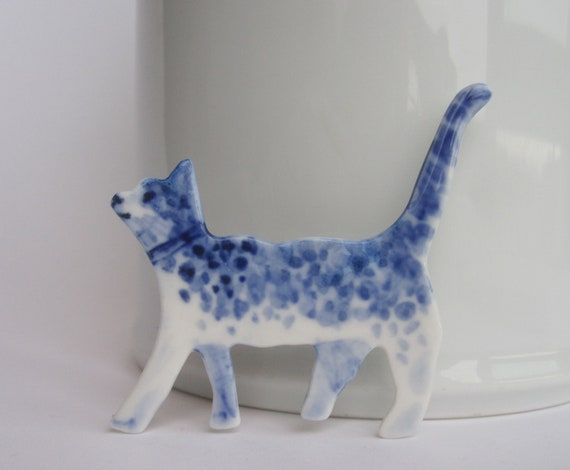 Cat  -  Hand painted Delftware  porcelain brooch in blue and white