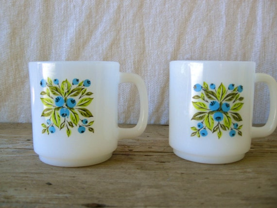 Set of 2 Vintage coffee mugs- blueberries and green leaves / vintage coffe cups / coffee mugs / vintage milk glass