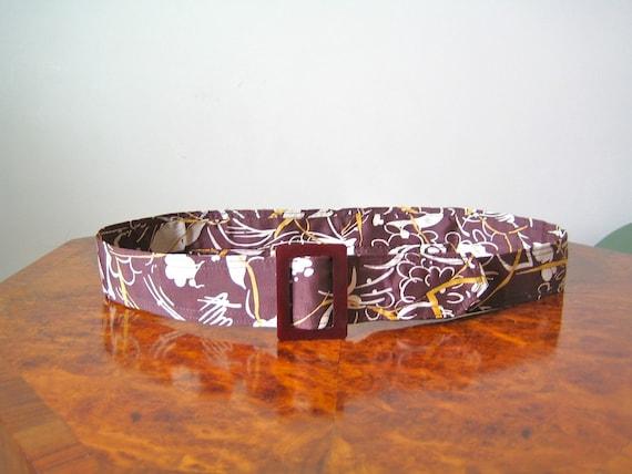 1930s belt / silk print belt in chestnut brown with a rich burgundy plastic buckle / M-L
