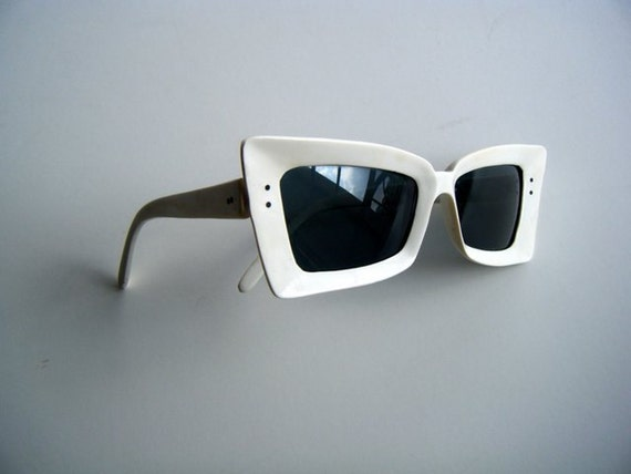 vintage 50's 60's  white sunglasses // EXTREME cateye SPACE AGE pinup girl glasses