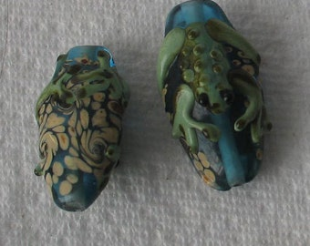2 Pieces Frog Green and Blue Glass Bead
