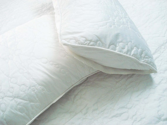 "Cotton off white twin size quilted bedspread with 2 pillows in size 108""x90"" and 20""x26"","