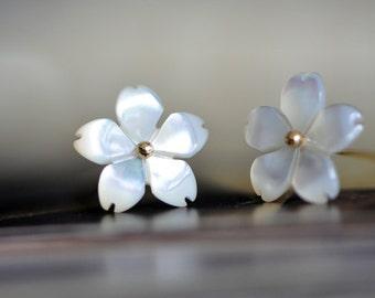 White Mother of Pearl Shell Sakura Flower Beads 11mm -V1056 / 10Pcs