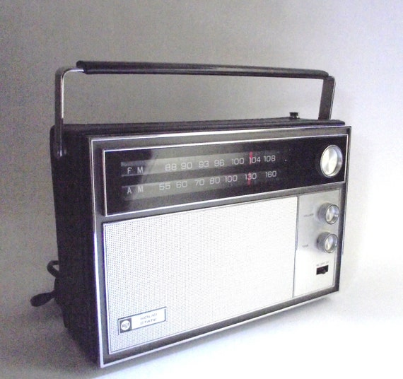 Working Vintage Portable RCA Solid State AM FM Radio in Black Leatherette Case