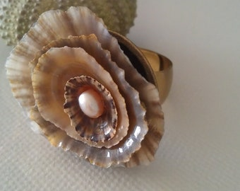 Alta Marea Perle collection New Pearl collection .Shell and pearl ring in gold.