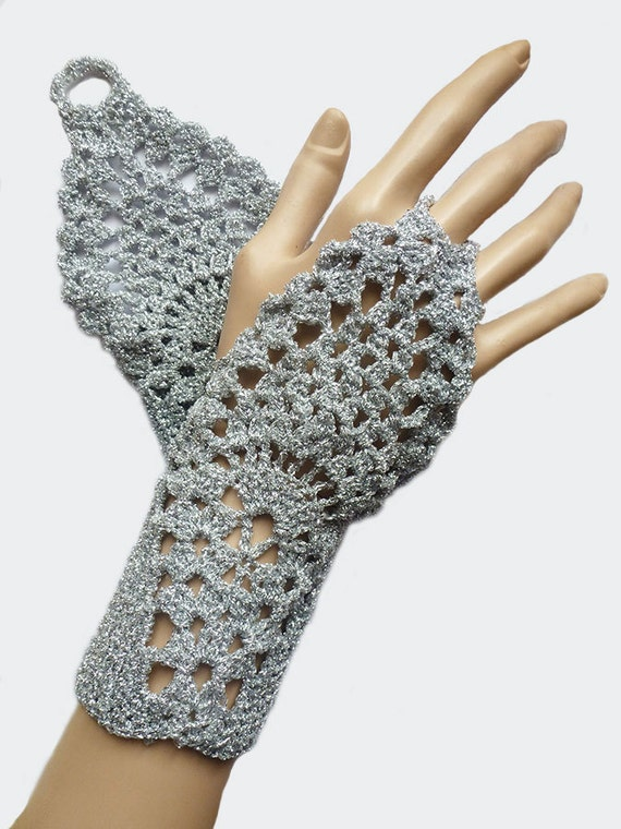 Artículos similares a Plata del ganchillo Fingerless guantes mitones ...