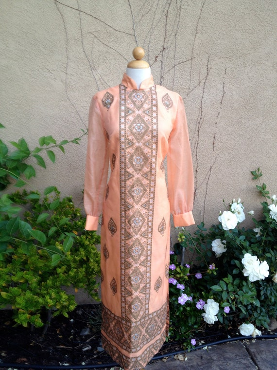 A vintage 1960s 1970s designer Alfred Shaheen peach hand painted paisley mandarin collar long sleeves Hawaiian maxi dress size S M