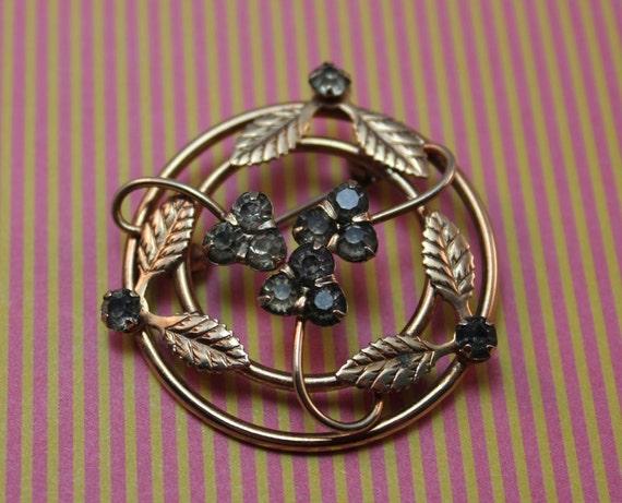 BROOCH - IVY and BERRIES round - gold - dark rhinestones - brooch