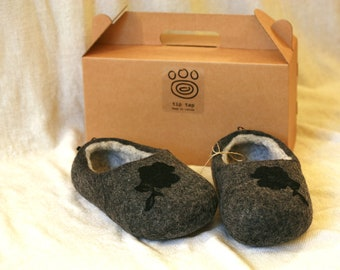 Grey felt slippers with black roses decors