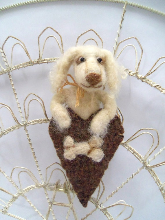 Needle felted golden retriever puppy ornament, wool heart ornament with bone, Pet Pocket