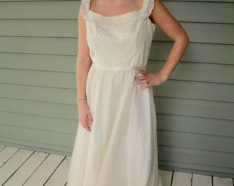 1970s cream foral lace wedding gown dress. Size small 4-6
