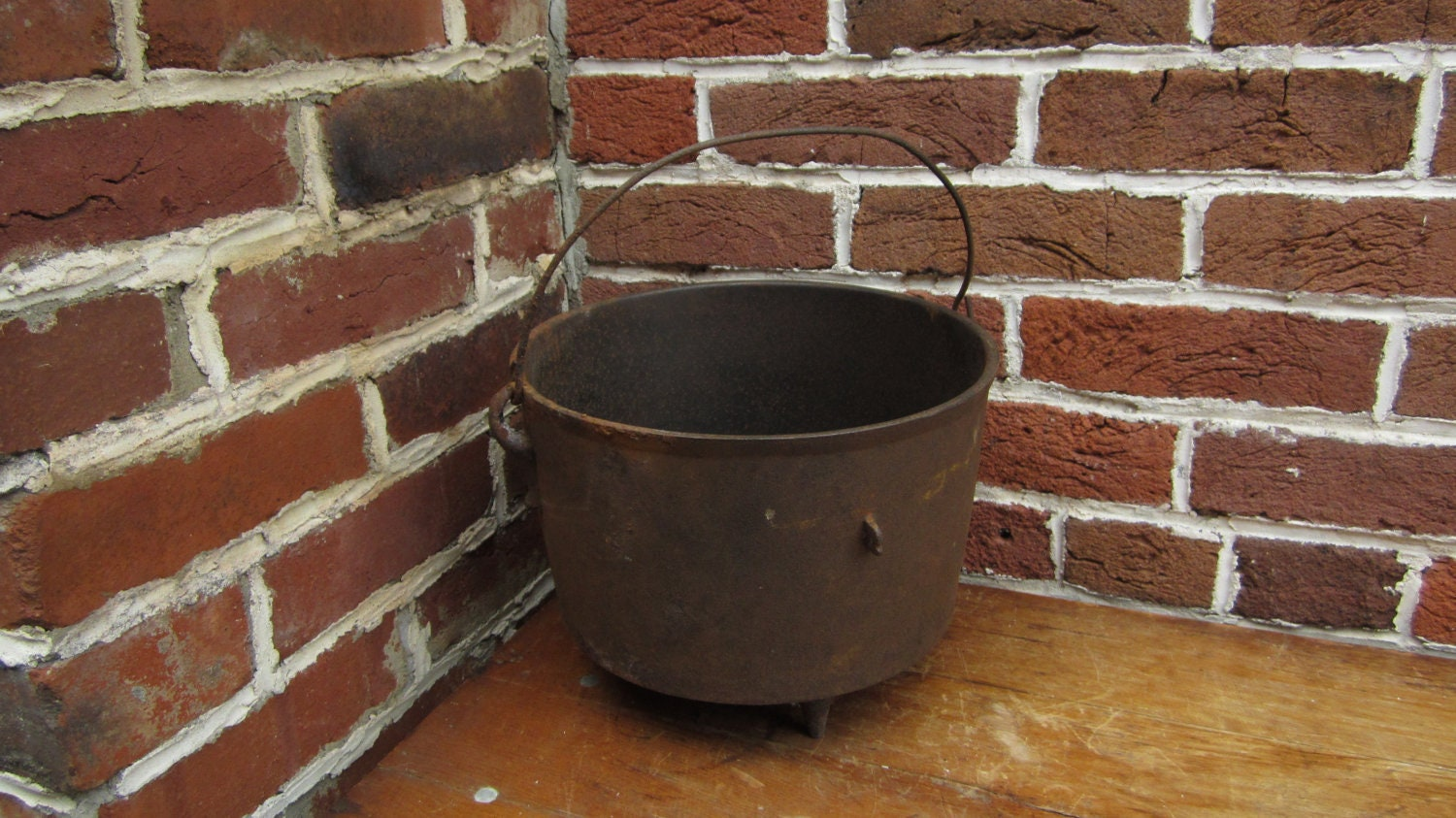 antique cast iron cooking kettle 3 footed pot with baled. Black Bedroom Furniture Sets. Home Design Ideas