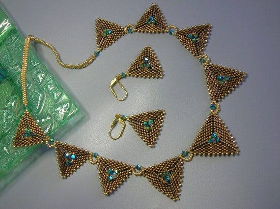 Tutorial - Trendy triangles - Delica and Swarovski beading tutorial