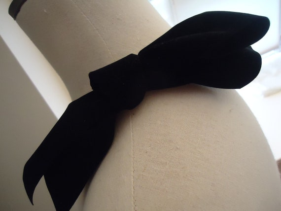 Velvet felt decorative bow to accessorize a hat.