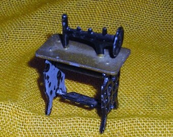 Dollhouse  Sewing Machine.....Treadle Sewing Machine