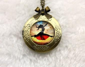 Necklace locket danse with birds