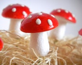 12 Vintage Red Spun Cotton Mushrooms 18mm