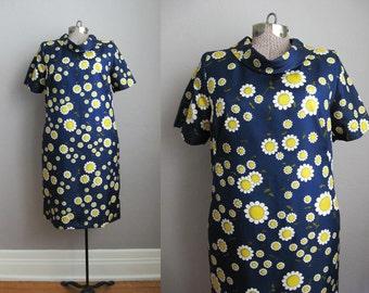 1960s Vintage Dress Blue Daisy Print 60s Shift Dress Mod Short Sleeve Rolled Collar / Medium