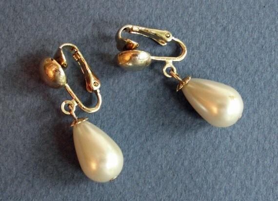 50s Pearl Drop Dangle Clip On Earrings - Vintage Feminine Simple Mid Century Fashion - Wedding Jewelry