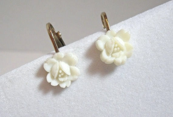 Vintage Plastic White Floral Earrings miniature flowers clip on ladies cottage chic costume jewelry