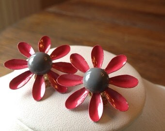 Beautiful Vintage Pink and Gray Enamel Daisy Earrings in Gold-Tone Metal