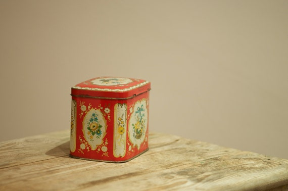 """Carr & Co Ltd """"Worcester"""" pattern biscuit tin."""