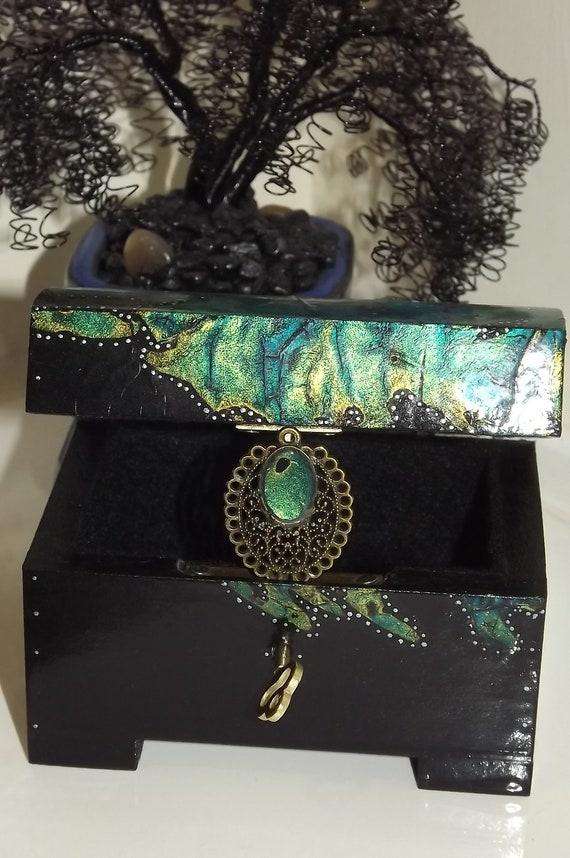 HAND PAINTED Acrylic design GifT SeT: Distressed finished Lockable display box with - FREE Matching Pendant Bale