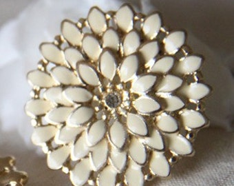 2 pcs of cream pedal with rhinestone 26mm chrysanthemum flower charm