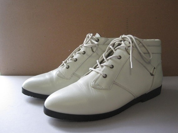 Size 7.5 Vintage White Leather Boots // Ankle Booties