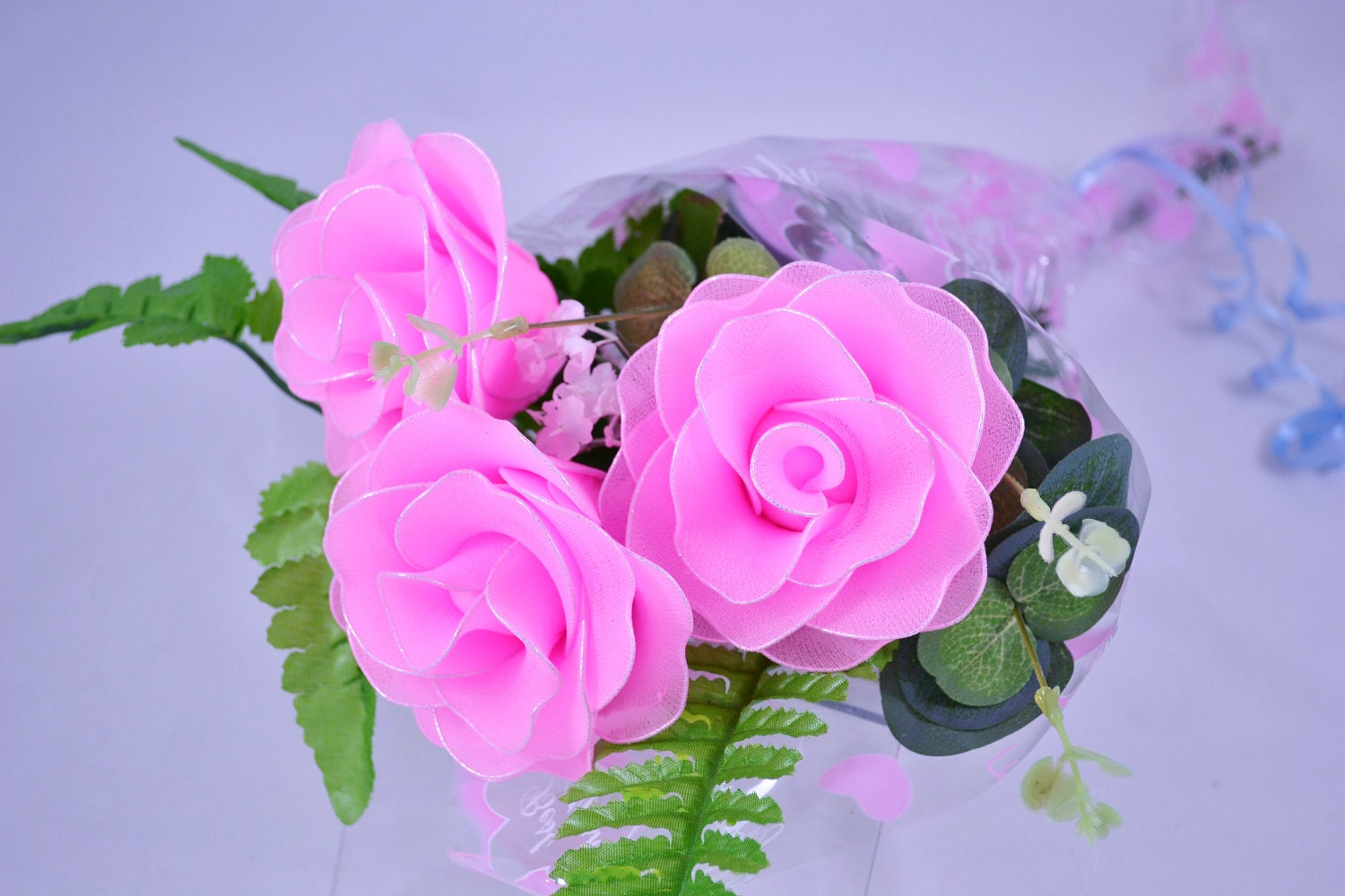 Nylon flower pink rose bouquet 3 red roses for Pink roses flower arrangements