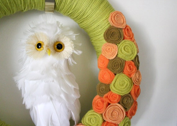 White Owl Wreath, Retro Autumn Wreath, Halloween Wreath, Yarn and Felt Wreath - 14 inch size