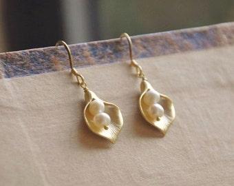 Calla Lily Flower Earrings/ Simple Gold Flower Earrings/ Pearl Flower Earrings/ Feminine Earrings/ Gold Everyday Earrings