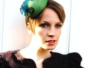 Cocktail hat A Little Twist vibrant green peacock feather fascinator