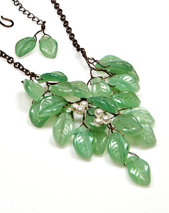 Green Beaded Necklace, Green Leaf Necklace, Green Nature Jewelry, Christmas Jewelry