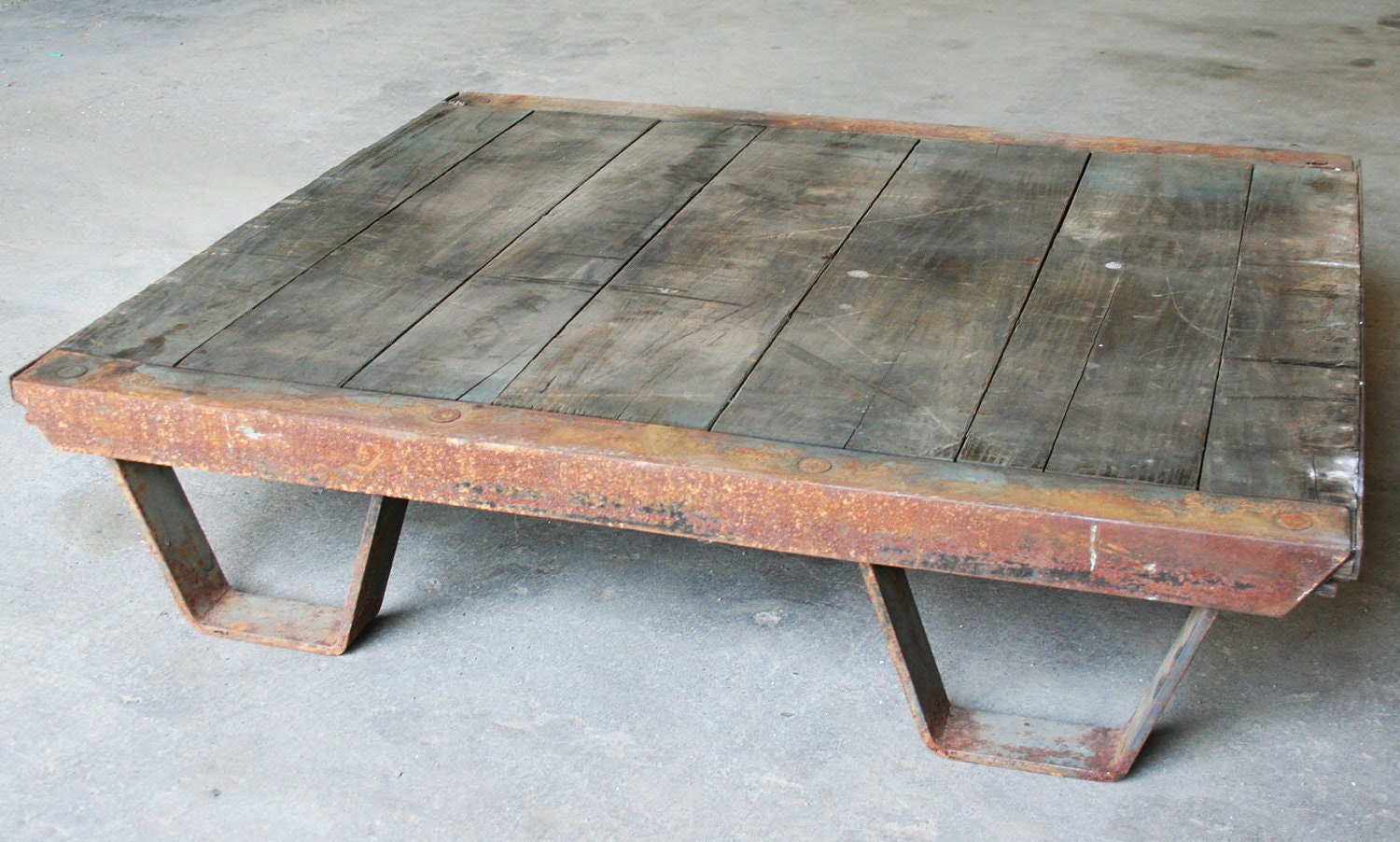 Vintage industrial coffee table pallet industrial for Coffee tables industrial