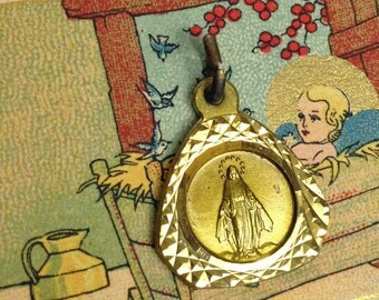 PRETTY MARY MEDAL 60s Vintage Textured