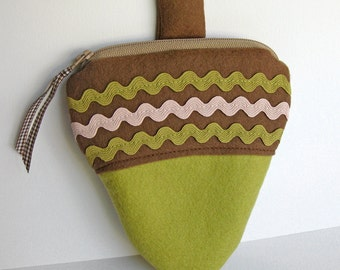 Green Acorn Zipper Pouch