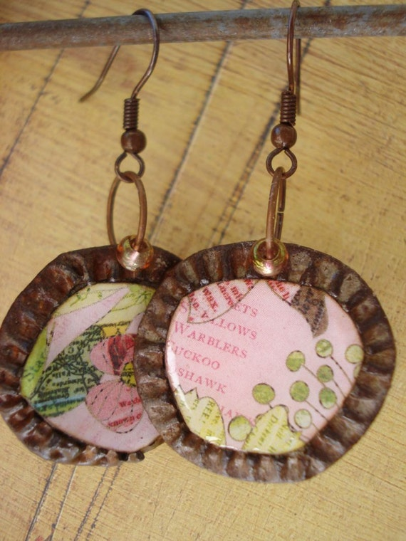 rUsty peAch coLLeCtiOn...rUsty bottLe cAp eArRiNgs piNk aNd gReen fLoRaL